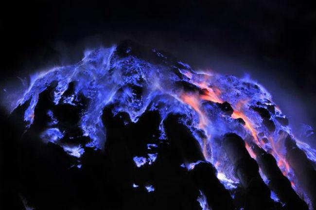Το Ινδονησιακό Ηφαίστειο με τις μπλε πύρηνες «γλώσσες» 5 μέτρων! [ΕΙΚΟΝΕΣ & VIDEO]