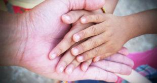 κομμώτρια κουρεύει στο χαμόγελο του παιδιού δωρεάν