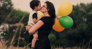 Φιλί στο στόμα του παιδιού
