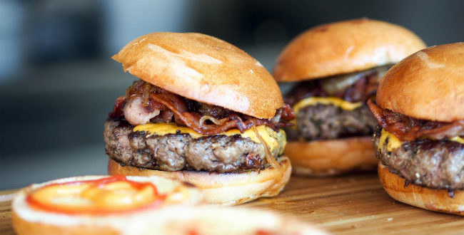 Σπιτικό, ζουμερό και λαχταριστό burger που όλοι λατρεύουμε.