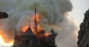 Έπιασε φωτιά η Παναγία των Παρισίων.