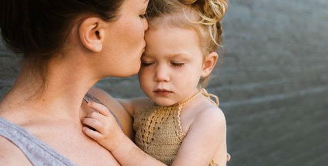 Πόσες αγκαλιές την ημέρα χρειάζεται ένα παιδί για να αναπτυχθεί σωστά;