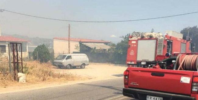 Σε εξέλιξη φωτιά στην Αρτέμιδα - Διακοπή της κυκλοφορίας