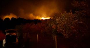 Μαίνεται η μεγάλη φωτιά στη Νέα Μάκρη - Μάχη με τις φλόγες δίνουν τα εναέρια μέσα