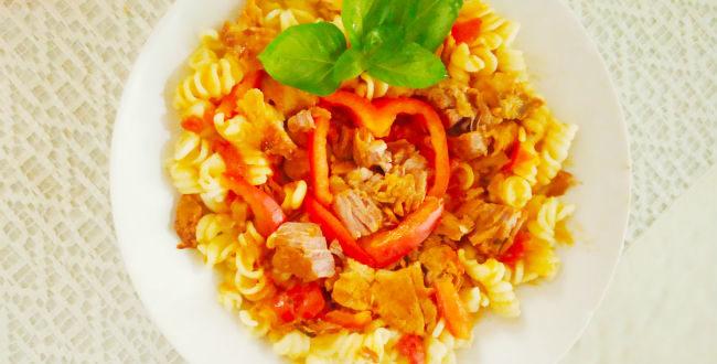 Χοιρινή τηγανιά σε αρωματική σάλτσα με πιπεριές και fusili