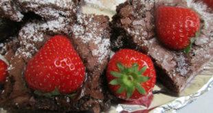 Brownies με επικάλυψη σάλτσα φράουλας