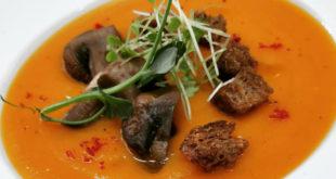 Καροτόσουπα με πορτοκαλί γλυκοπατάτα και ψητά μανιτάρια