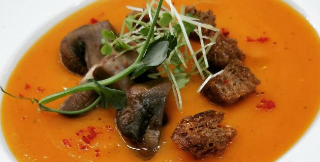 Η συνταγή της ημέρας: Καροτόσουπα με γλυκοπατάτα και ψητά μανιτάρια