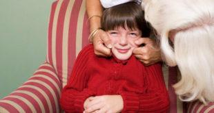 Τα παιδιά δε χρωστούν αγκαλιά με το ζόρι σε κανέναν. Ούτε τις γιορτές.