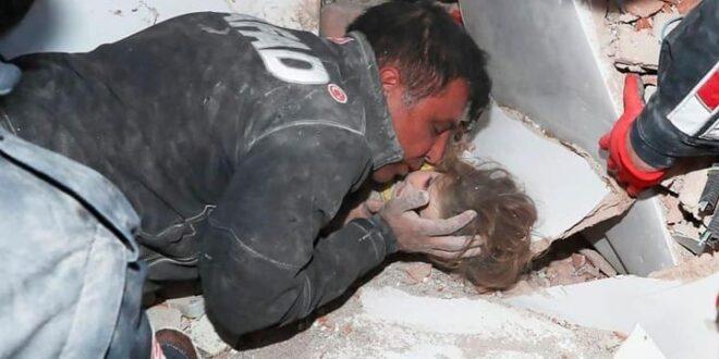 Σεισμός Σμύρνη : Συγκλονίζει η εικόνα του διασώστη που φιλά πάνω στα συντρίμμια τη μικρή Αϊντά