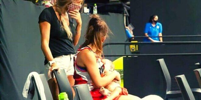 Έστειλε δυνατό μήνυμα! Αθλήτρια θήλαζε το μωρό της στον πάγκο! (pics)
